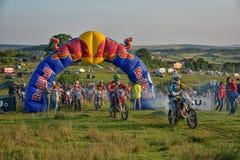SIBIU, RUMANIA - 18 DE JULIO: Un copetitor en la reunión dura de Red Bull ROMANIACS Enduro con una motocicleta de KTM La reunión  Fotografía de archivo