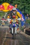 SIBIU, RUMANIA - 18 DE JULIO: Un copetitor en la reunión dura de Red Bull ROMANIACS Enduro con una motocicleta de KTM La reunión  Imagen de archivo libre de regalías