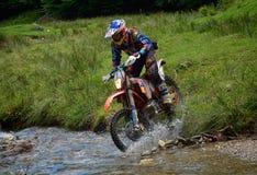 SIBIU RUMUNIA, LIPIEC, - 16: Niewiadomy konkurowanie w Red Bull ROMANIACS Enduro Ciężkim wiecu z KTM 300 motocyklem Ciężki enduro fotografia royalty free