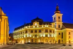 Sibiu, ville hôtel et grande place dans la nuit, Roumanie Photos stock