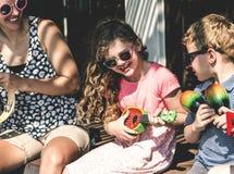 Sibling die goede tijden samen doorbrengen royalty-vrije stock afbeelding