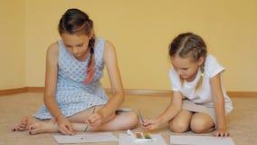 Sibling meisjes die met verven trekken stock video