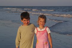 Siblings bij strand Stock Fotografie