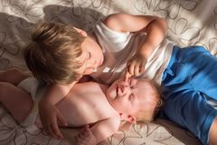 Siblings concept Vriendschap en liefde tussen siblings royalty-vrije stock afbeelding