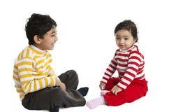 Siblings delen een Lach stock fotografie