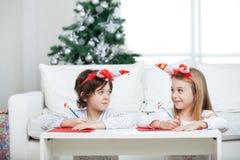 Siblings die Brief schrijven aan Santa Claus During Stock Foto