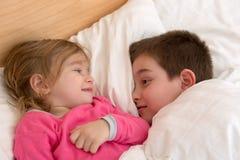 Siblings die elkaar kijken Stock Fotografie