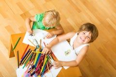 Siblings die met potloden spelen Stock Foto