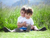 Siblings die op gebied spelen Stock Foto