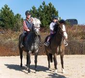 Siblings die paarden berijden Stock Foto's