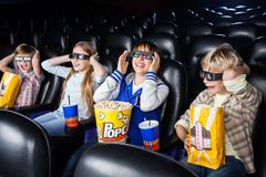 Siblings die van 3D Film in Theater genieten Stock Afbeelding
