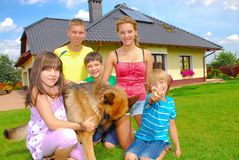 Siblings door huis Stock Foto