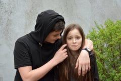 Siblings, jongen ergert zijn kleine zuster Stock Foto