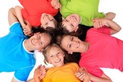 Siblings in kleurrijke t-shirts stock foto's