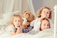 Siblings met teddybeer royalty-vrije stock afbeelding
