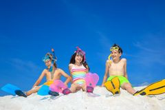 Siblings op het strand royalty-vrije stock afbeelding