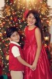 Siblings in rood Stock Afbeelding