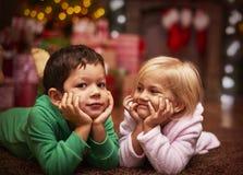 Siblings tijdens Kerstmis stock foto's