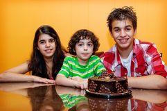 Siblings together in a birthday celebration Royalty Free Stock Photos