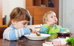 Siblings together eating together Royalty Free Stock Photos