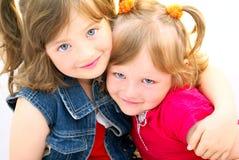 Siblings zien kinderen onder ogen. Stock Foto