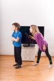 Siblings zijn over de afstandsbediening strijdig Stock Afbeelding