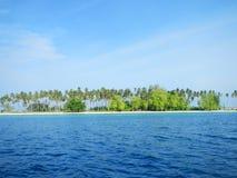 Sibuan Insel mit Bäumen Lizenzfreie Stockfotos
