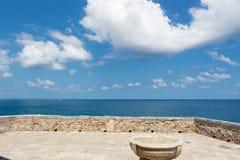 Sicília, Cefalu, terraço que negligencia o mar Fotografia de Stock Royalty Free