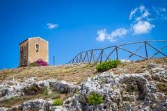 Sicília, Italy Casa velha com as flores roxas em Siracusa Foto de Stock