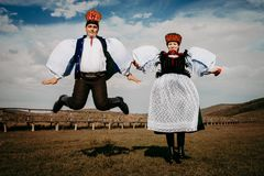 Sic Transilvania罗马尼亚09 08 2018年新娘和新郎在传统衣服在他们婚礼那天跳跃 库存照片