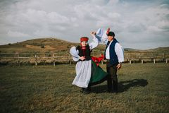 Sic Transilvania罗马尼亚09 08 2018年新娘和新郎在传统衣服在他们的婚礼那天 库存照片