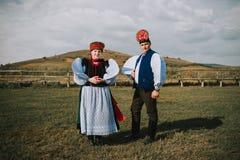 Sic Transilvania Rumania 09 08 Novia 2018 y novio en traje tradicional en su día que se casa foto de archivo libre de regalías