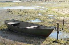 Siccità di estate calda Fiume secco senza acqua e barca Fotografie Stock