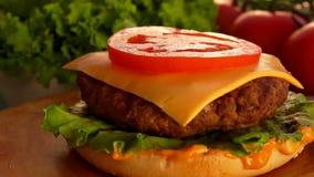 Sice de las ca?das del tomate en la hamburguesa metrajes