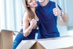 Sich bewegen, Reparaturen, neue Ebene Paarmädchen und -kerl liegen auf dem Boden Stockbilder