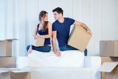 Sich bewegen, Reparaturen, neue Ebene Paarmädchen und -kerl liegen auf dem Boden Lizenzfreies Stockbild