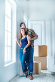 Sich bewegen, Reparaturen, neue Schlüssel zur Wohnung Paarmädchen und Stockfotos