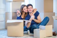 Sich bewegen, Reparaturen, neue Schlüssel zur Wohnung Paarmädchen und Lizenzfreies Stockfoto