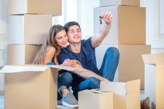 Sich bewegen, Reparaturen, neue Schlüssel zur Wohnung Paarmädchen und Stockfoto