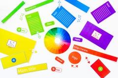 Sich entwickelnde Internetseite WebsiteKonzept des Entwurfes Elemente, Blöcke, Instrumente, Werkzeuge für machen Standort auf wei Lizenzfreie Stockfotos
