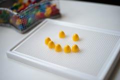 Sich entwickelnde Spiel und ein Lächeln der Kinder auf ihr Stockbilder