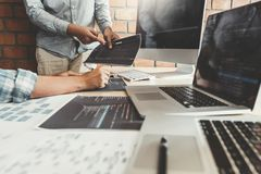 Sich entwickelnder Programmierer Team Development Website-Entwurf und -kodierung von den Technologien, die im Softwareunternehmen lizenzfreie stockfotografie