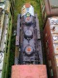 Sich fortbewegende Maschine und Personenkraftwagen heraus in den Elementen stockfoto