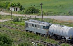 Sich fortbewegende verlassende Station des Zugs mit Erdölbehältern Lizenzfreie Stockfotos