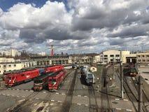 Sich fortbewegendes Depot Drehplattform mit der Bahngabel, zum der Lokomotive im Depot einzuziehen Stockfotos