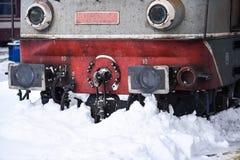 Sich fortbewegendes festes des alten Zugs in der Bahnstation Lizenzfreies Stockbild