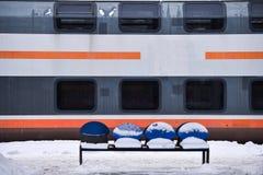 Sich fortbewegendes festes des alten Zugs in der Bahnstation Lizenzfreies Stockfoto