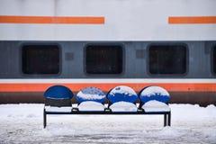 Sich fortbewegendes festes des alten Zugs in der Bahnstation Stockbilder