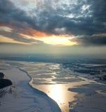 Sich hin- und herbewegende Eis Floes treiben auf dem großen Fluss Lizenzfreie Stockfotografie