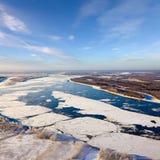 Sich hin- und herbewegende Eis Floes treiben auf dem großen Fluss Lizenzfreie Stockfotos